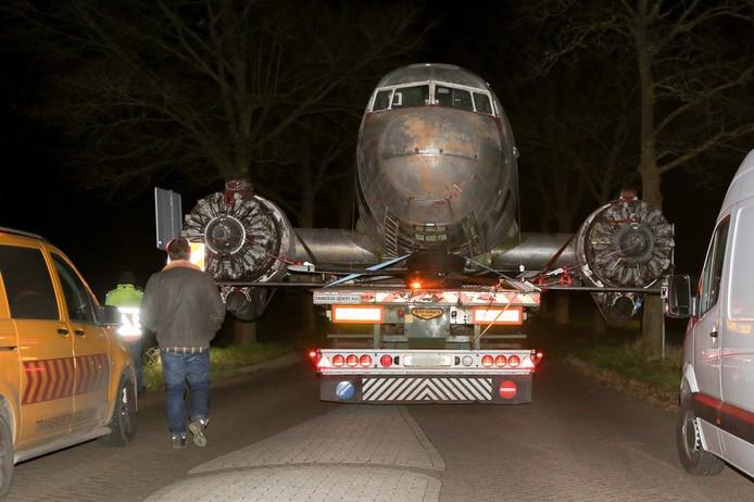 De vliegtuigromp komt aan bij het museum in Overloon.