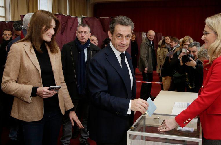 Oud-president Nicolas Sarkozy en zijn vrouw Carla Bruni brengen hun stem uit. Beeld ap