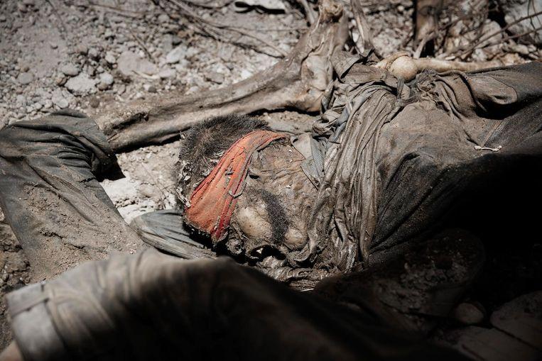 In een kruipruimte die tot massagraf diende liggen de lichamen van slachtoffers van IS. Enkelen van hen waren kennelijk geblinddoekt toen zij werden gedood. Beeld Daniel Rosenthal / de Volkskrant