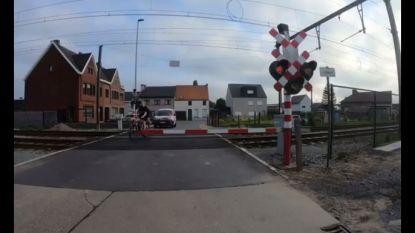 Waanzinnig: fietser slalomt argeloos over gesloten spooroverweg