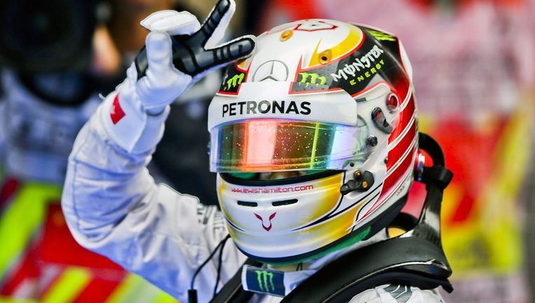 Lewis Hamilton, zaterdag na de kwalificatieronde in China. Beeld epa