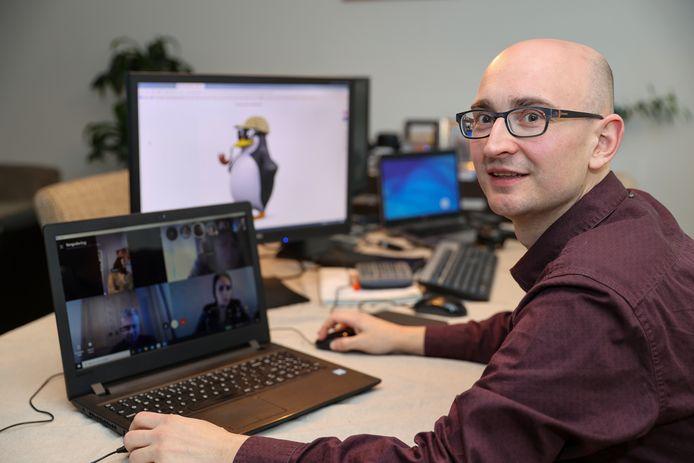 Via Skype vergadert de Sonse commissie van Ons Dorp Kwist Thuis. Freddie Louwers vergadert met 11 personen tegelijkertijd.