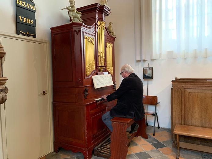 Jacques van Dool speelt verschillende muziekstukken op het orgel