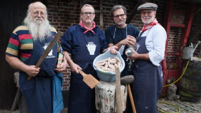 'Orde van de Smoutpot' slacht varken om oorlog te herdenken