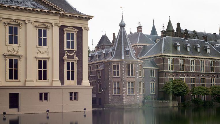 Het Binnenhof vanaf de hofvijver, met in het midden het torentje van de minister-president. De verbouwing van het Binnenhof is becijferd op 450 miljoen euro. Beeld anp