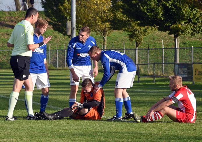 Stijn Olde Klieverink van Sluis (rechts) is hard in botsing gekomen met de doelman van Lepelstraatse Boys. Deze moest geblesseerd het veld verlaten.