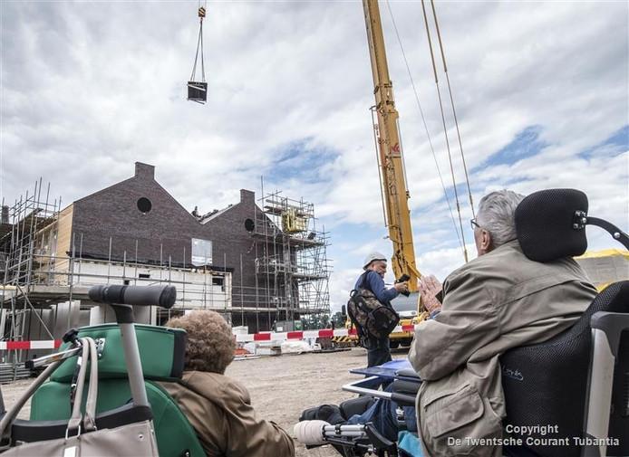 Jan Krikhaar doet een symbolische handeling voor het bereiken van het hoogste punt van Erve Mensman.