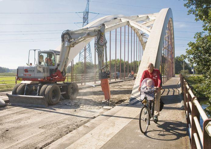 Onderhoud aan de Hengelerbrug in Goor.
