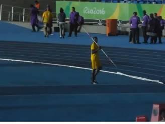 Wat doet Usain Bolt om 2u 's nachts in Rio? Een speerwerpshow opvoeren