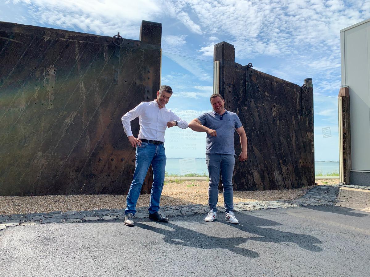 Van der Straaten-directeur Leonard Pekaar (links) 'schudt' de elleboog van Bart de Goffau van Leidingbouw Zeeland.