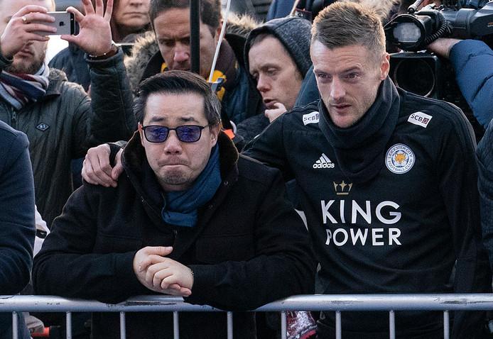 Aiyawatt Srivaddhanaprabha kijkt met Leicester City-spits Jamie Vardy naar de bloemenzee voor het King Power-stadion.