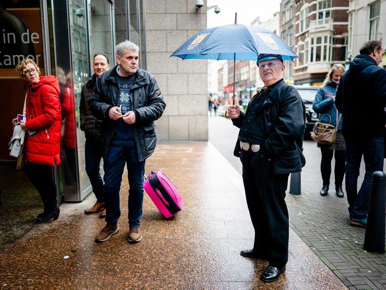 Willem Murre (80) uit Vlissingen arriveert donderdag in klederdracht bij de Tweede Kamer voor het debat over de marinierskazerne. Beeld ANP