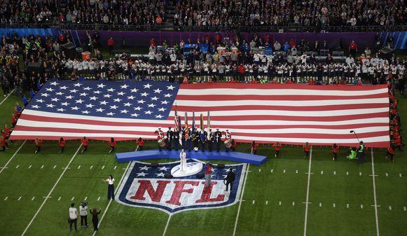 Pink! zingt het Amerikaanse volkslied voor de start van de 52ste Amerikaanse Superbowl.