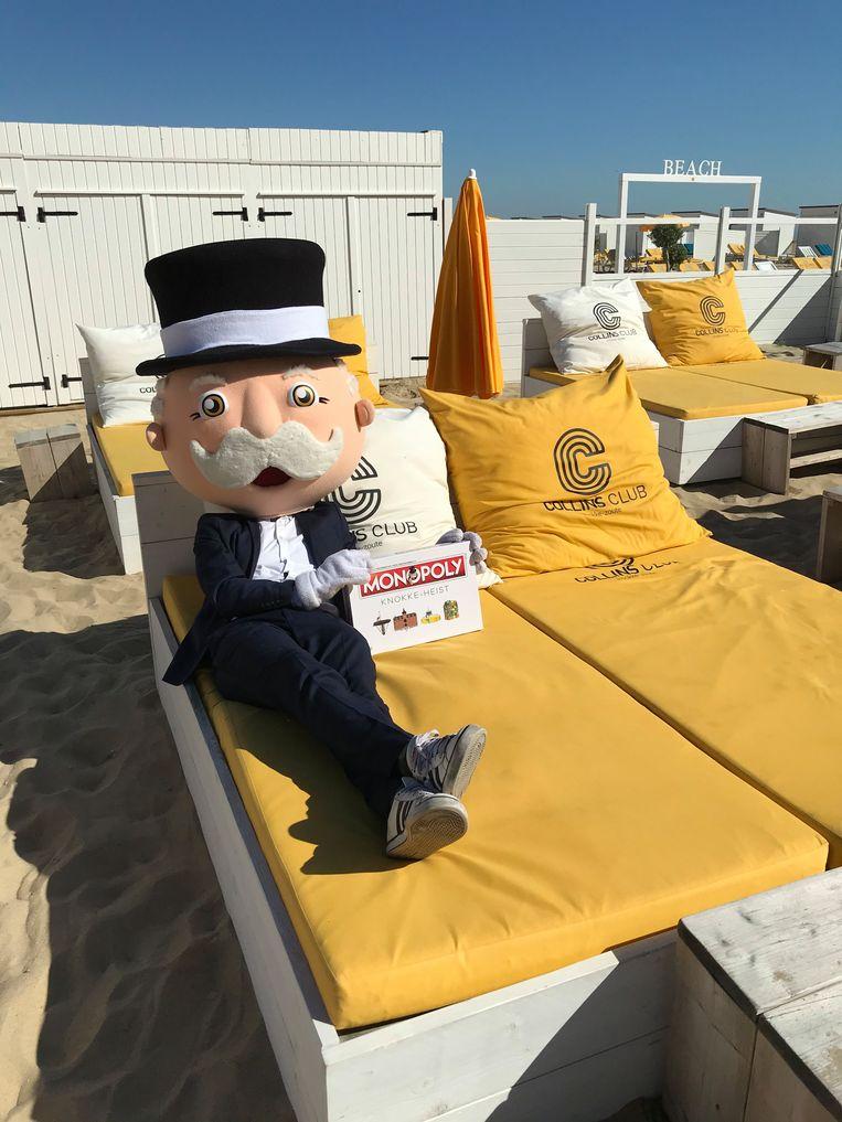 Het bekende Monopoly-mannetje promoot het spel in strandbar Collins in Het Zoute.