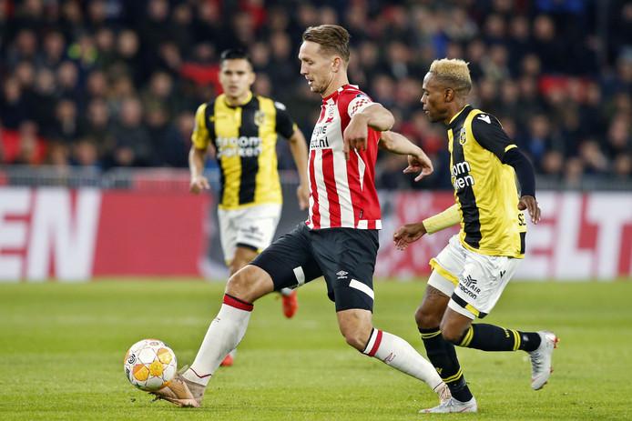 Luuk de Jong van PSV in duel met Vitessenaar Thulani Serero.