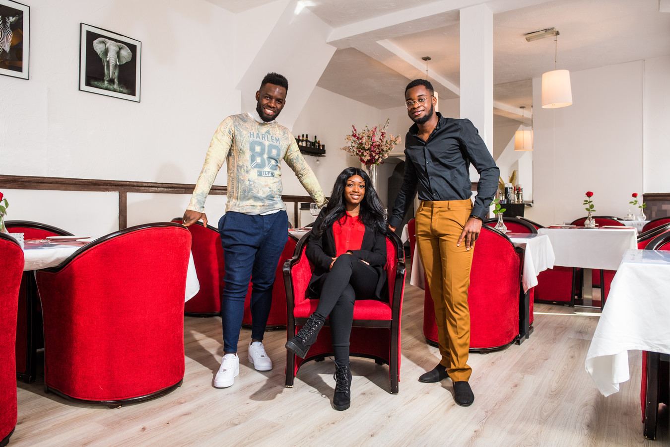 Carlos in het lichte shirt met zijn crew. in het nieuwe angolese restaurant Sabores