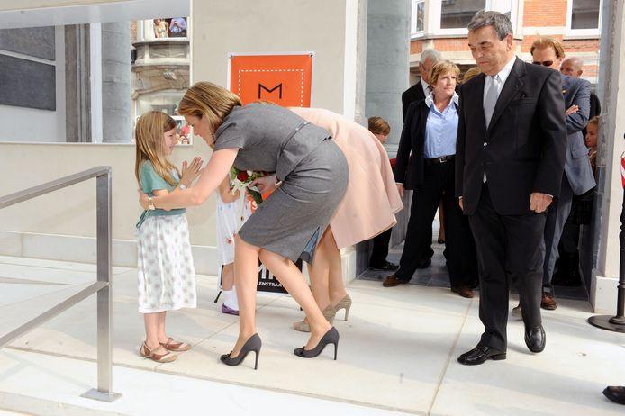 Toenmalige prinsessen Mathilde en Maxima op bezoek in Leuven voor de opening van M Museum.