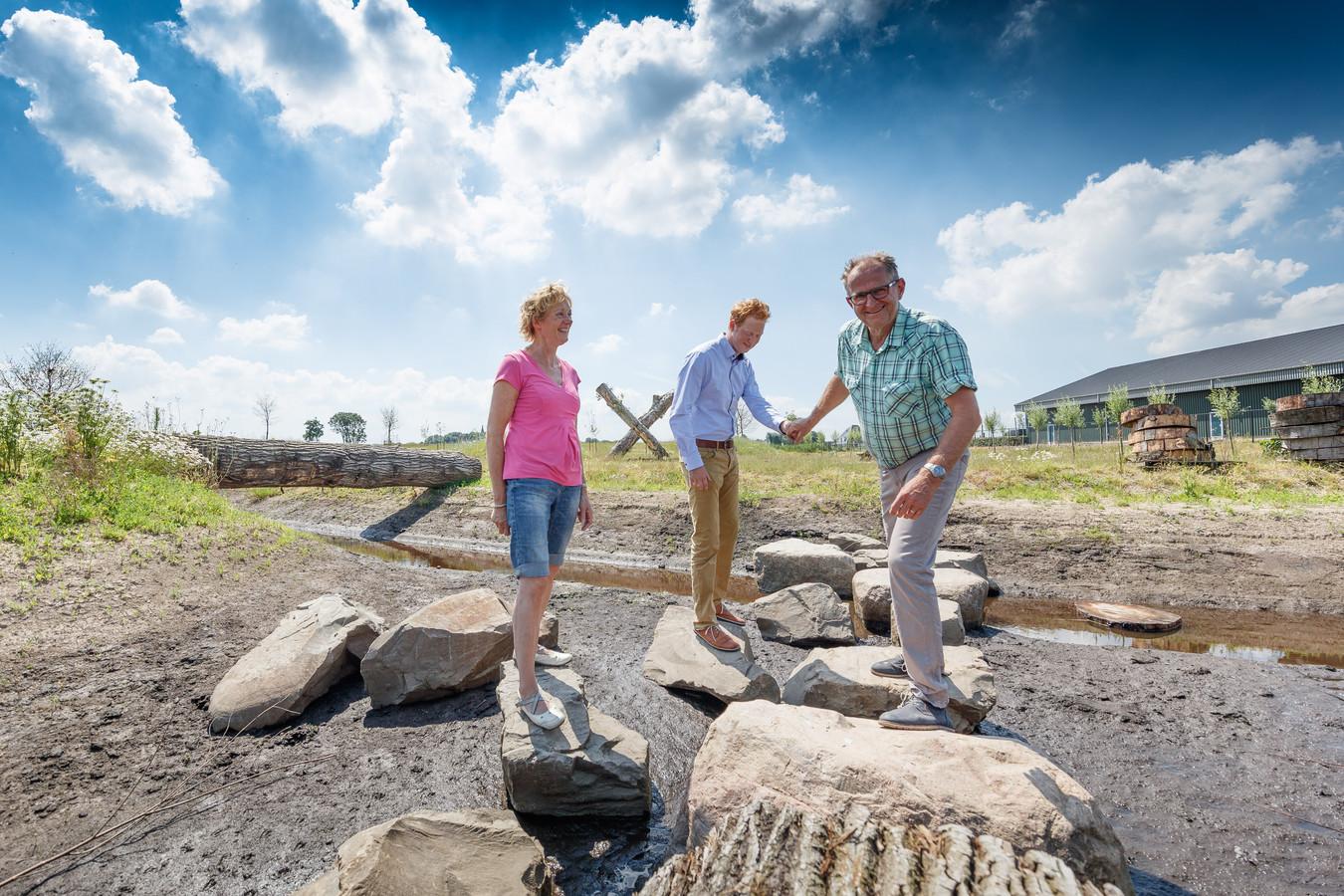 Ria, Daniël en Corné Bossers poseren in 2016 in hun nieuwe aanwinst De Kleine Biesbosch.
