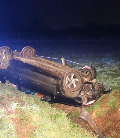 Auto belandt op de kop in de greppel bij eenzijdig ongeluk in Wehl