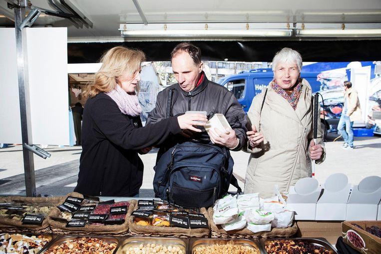 Op de markt zijn geen randen of ribbels die ze met hun stokken kunnen volgen Beeld Niels Blekemolen
