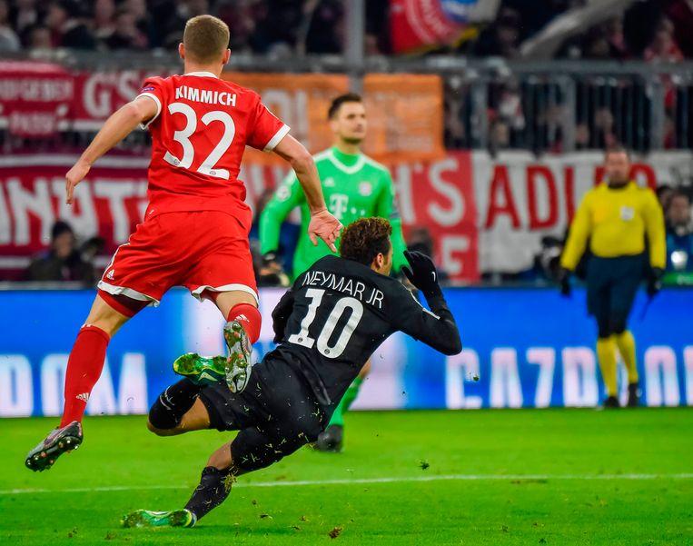 Ook tegen Bayern werd Neymar stevig aangepakt, hier door Kimmich.