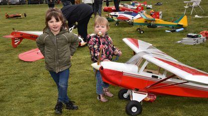 Modelvliegtuigen droppen paaseieren