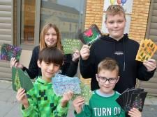 Leerlingen Sint Bavoschool Oostburg met zelfgemaakte kerstkaarten op stap voor Serious Request