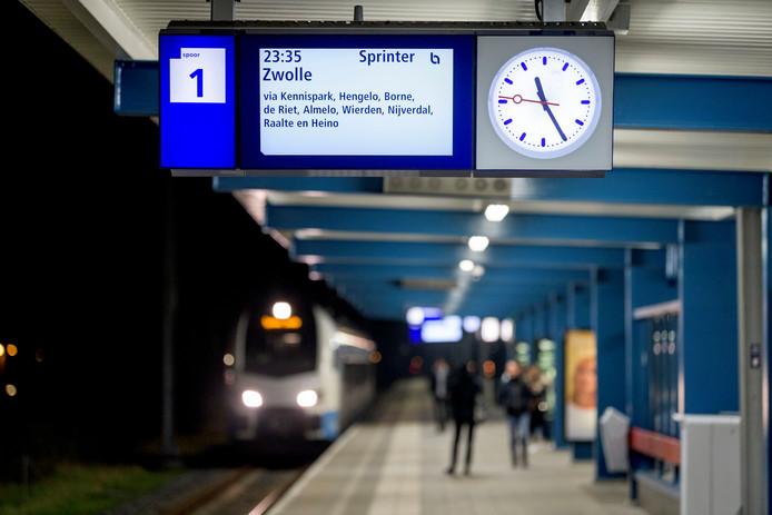 De laatste trein uit Enschede vertrekt om 23.35 uur, ook in het weekend. Waarom?