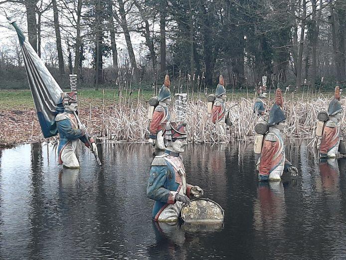In een groep op pad, maar wél circa anderhalve meter uit elkaar: de Napoleon-soldaten in de vijver van Landgoed Steenenburg.