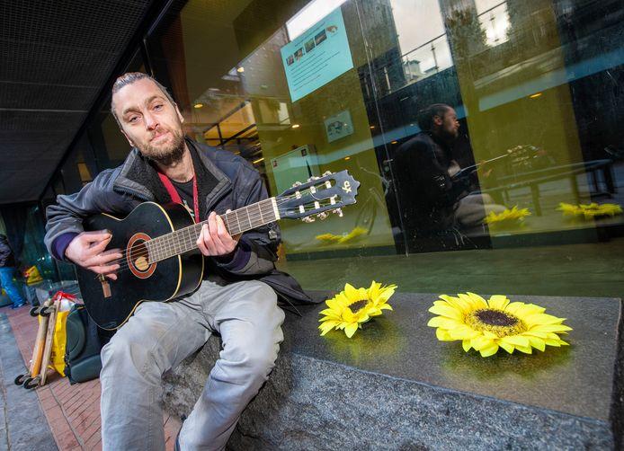 De dakloze Amancio heeft sinds kort onderdak bij opvanghuis Omnizorg in hartje Apeldoorn. Hij fleurt de ingang  - én de passage op met zonnebloemen.