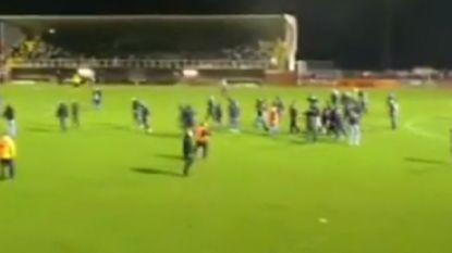 """Waalse derby ontaardt in ordinaire vechtpartij. 'Fans' blesseren zelfs spelers van tegenpartij: """"Dit heeft geen plaats in het voetbal"""""""