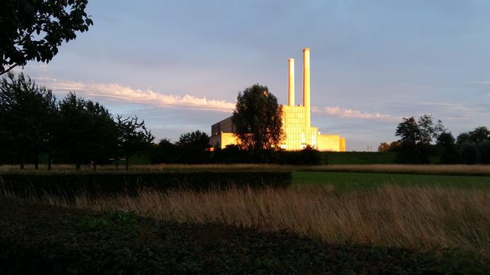 Op de zondag van alle groet sportsuccessen kleurde de IJsselcentrale 's avonds prachtig goud.