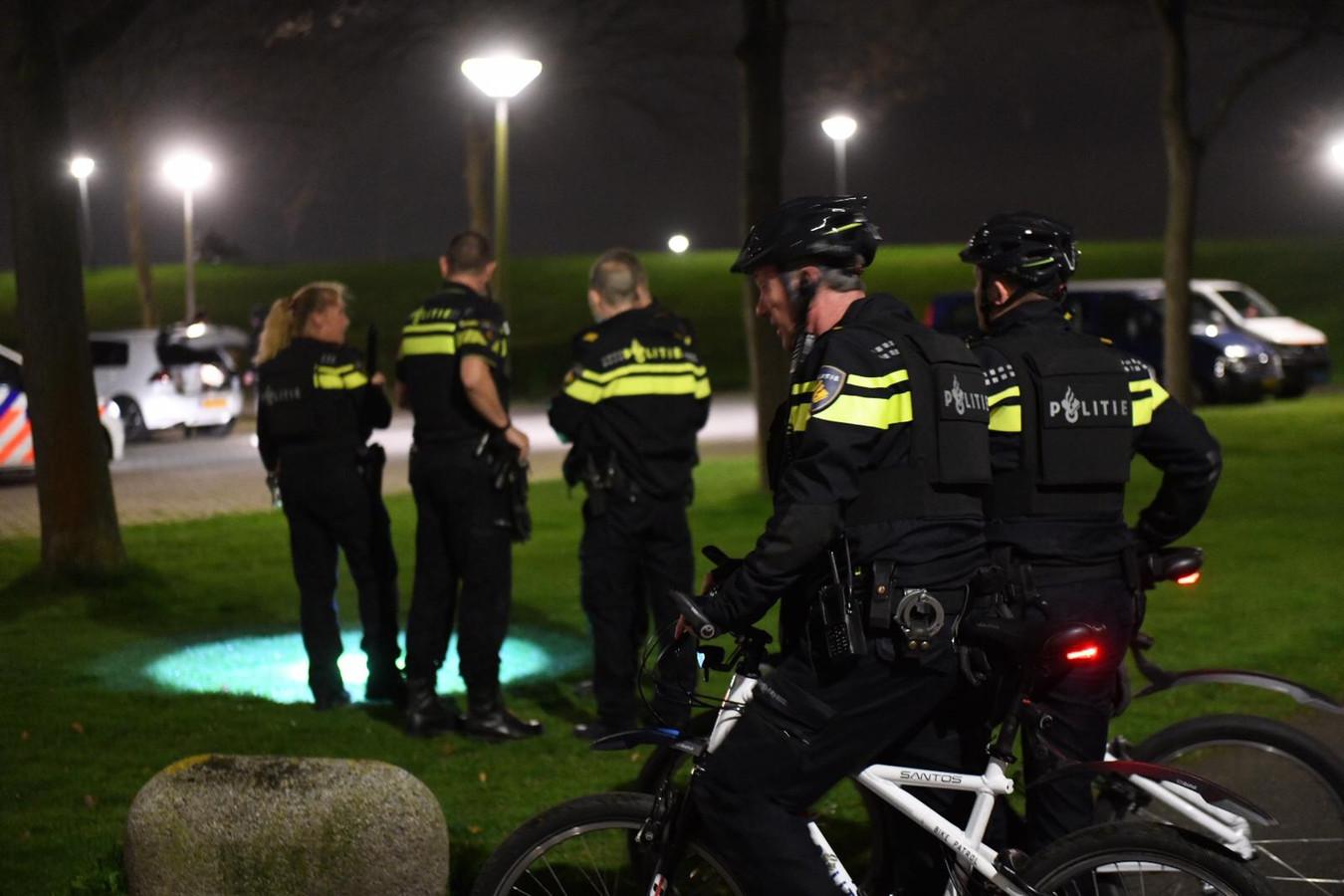 De politie startte een grote zoekactie naar de dader in de omgeving van de Marga Klompéstraat.
