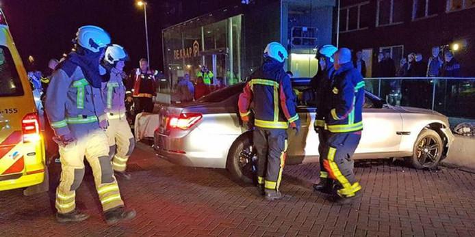 De grijze BMW waarmee de vermoedelijke overvaller crashte.