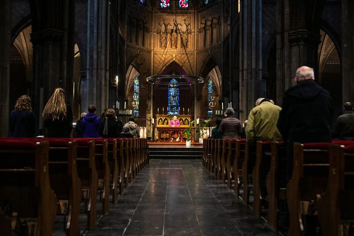 Eucharistieviering in een grotendeels lege Catharinakerk Eindhoven