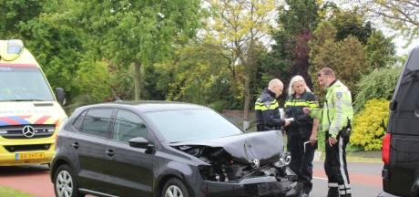 Twee gewonden na botsing op Lange Kruisweg in Maasdijk