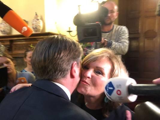 Pia Dijkstra wordt gefeliciteerd door partijleider Alexander Pechtold.
