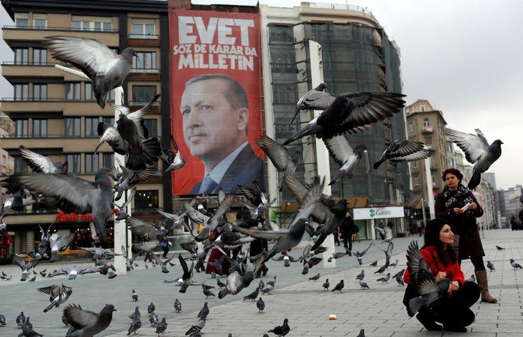 Erdogan voert campagne voor het referendum over de grondwetswijziging.  Beeld REUTERS