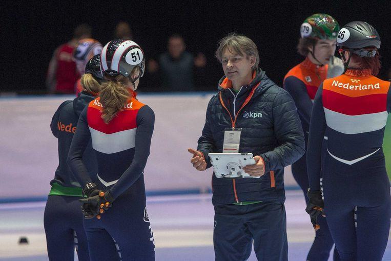 Trainer Jeroen Otter in gesprek met Shorttrack-schaatsers tijdens een training van het Nederlandse team. Beeld ANP