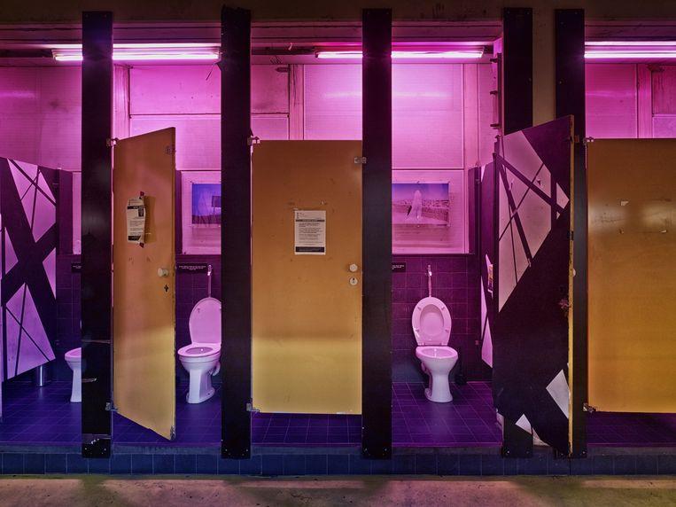 De uniseks toiletten, die door de bewakers goed in de gaten worden gehouden. Beeld Eddo Hartmann