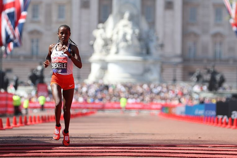 Tadelech Bekele tijdens de marathon van Londen. Beeld AFP