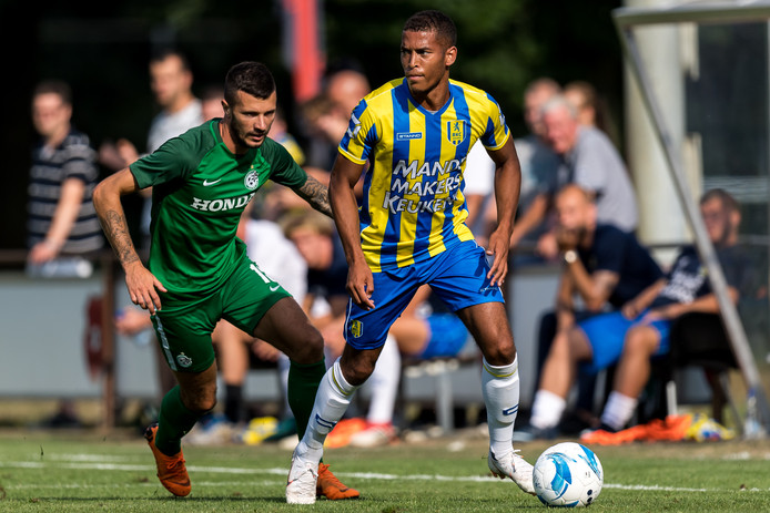 Juriën Gaari (r) in actie voor RKC Waalwijk in het oefenduel met Maccabi Haifa.