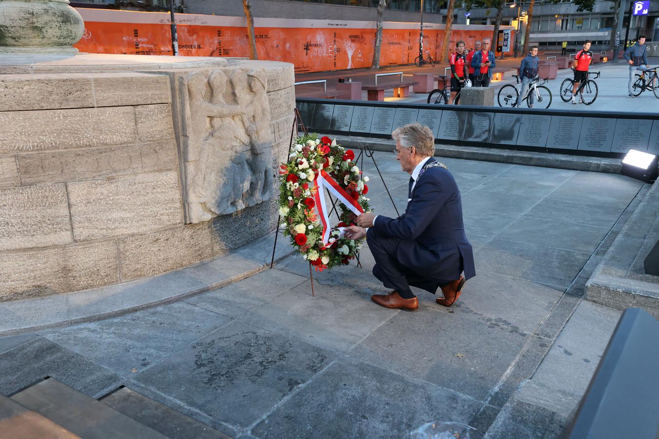 Burgemeester Jorritsma legt een krans namens de inwoners van Eindhoven.
