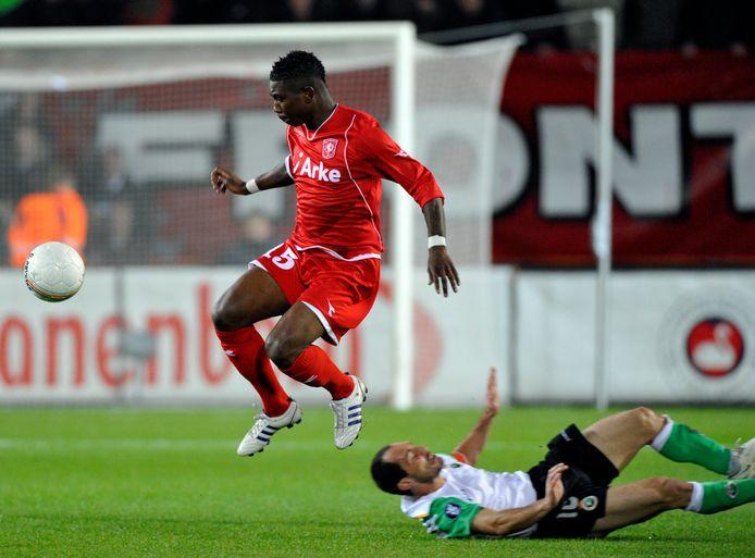 Eljero Elia zoals de supporters van FC Twente hem nog herinneren: te snel voor zijn directe opponent.