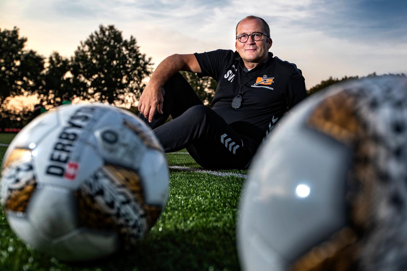 Voetbaltrainer Alex Booij is na vijf seizoenen Heeten begonnen aan een avontuur bij Broekland.