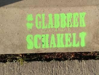 Groene woorden #glabbeekschakelt duiken overal uit het niets op