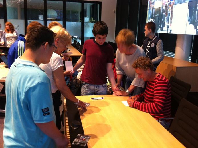 Basisschoolleerlingen hadden een 'ontmoet en groet' met oud-prof Michael Boogerd tijdens de Ster ZLM Toer in Oss.