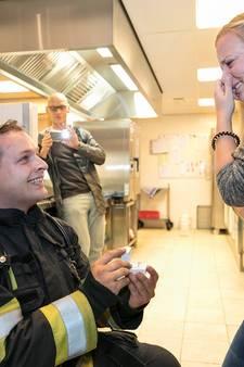 Gestelse brandweerman gaat op de knieën voor 'slachtoffer'
