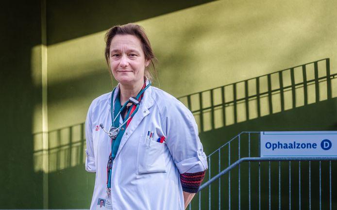 """In 2020 kreeg infectiologe Erika Vlieghe plots haatmails en doodsbedreigingen. """"Maar die wegen niet op tegen de dank die mijn collega's en ik hebben gekregen."""""""