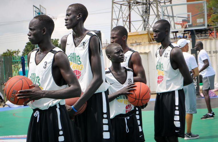 Zuid-Soedanese jongeren doen basketbaloefeningen tijdens een driedaags trainingskamp, georganiseerd door 'Giants of Africa'. Deze door het Canadese NBA-team Toronto Raptors opgezette organisatie wil kansarme Afrikaanse jongeren een kans te geven door ze in contact te brengen met de sport.  foto ap Beeld AP